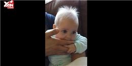 Không thể ngừng cười trước tiếng động kỳ lạ của em bé