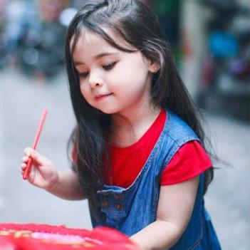 """Bé gái 3 tuổi lai Việt - Hungary """"đốn tim"""" cộng đồng mạng"""