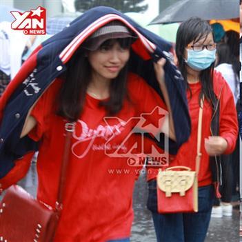 Bất chấp mưa bão fans Việt chịu lạnh đón JYJ