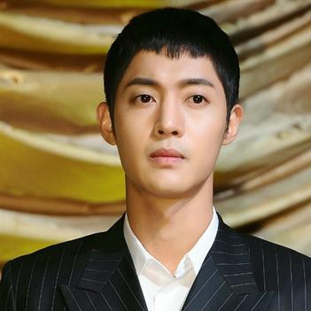 Lộ hình ảnh thương tích của bạn gái Kim Hyun Joong