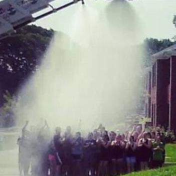 Trò chơi dội nước đá: 4 lính cứu hỏa bị điện giật