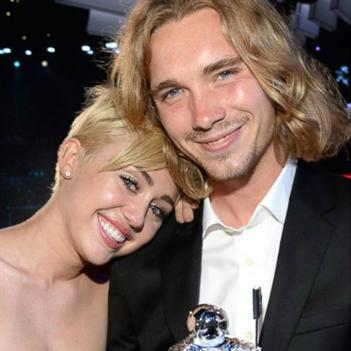"""""""Người vô gia cư"""" của Miley Cyrus là tội phạm truy nã"""
