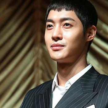 Mỹ nam Kim Hyun Joong bị tố thường xuyên bạo hành bạn gái