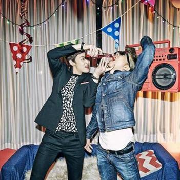 """2PM """"nổi loạn"""", chuốc rượu nhau trong buổi party"""
