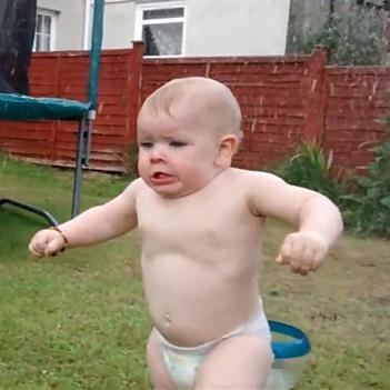 Phản ứng đáng yêu của em bé khi gặp phải... vòi phun nước
