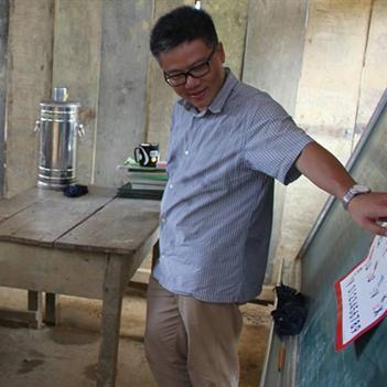 Giáo sư Ngô Bảo Châu đi dép tổ ong giảng bài cho trẻ vùng cao