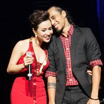 Uyên Linh tình tứ cùng Phạm Anh Khoa trên sân khấu Thủ đô