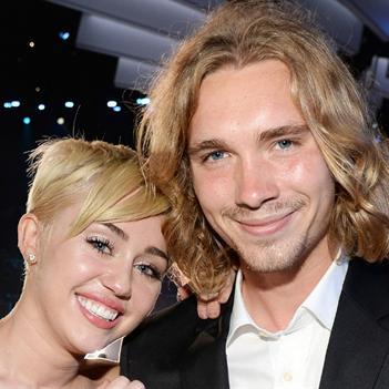 Miley Cyrus một mực bênh vực tội phạm bị truy nã