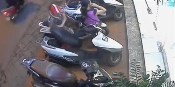 Clip nữ quái cậy cốp xe ăn trộm túi xách trong nháy mắt