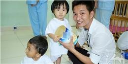 Nhà báo Lý Minh Tùng mang nụ cười đến cho các bé