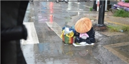 """Xử lý mẹ """"ăn mày"""" hành con nhỏ dầm mưa giữa đường để xin tiền"""