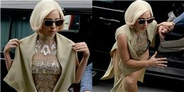 """Lady Gaga """"mém vồ ếch"""" vì đôi giày quá khổ"""