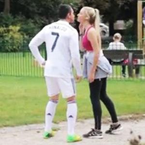 Ronaldo nhái lừa lấy nụ hôn của gái lạ