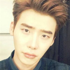 """Lee Jong Suk bắt đầu chơi Instagram, Jun.K """"điên"""" cùng Wooyoung và Chansung"""