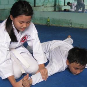 """""""Yêu râu xanh"""" giở trò với """"vô địch taekwondo"""""""