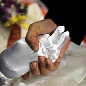 Mở nắp quan tài, lồng nhẫn vào tay người yêu tử nạn