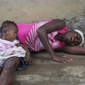 Rớt nước mắt bé gái liếm da mẹ đã chết vì Ebola để tìm sữa