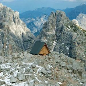 Cheo leo căn lều đơn độc giữa đỉnh núi