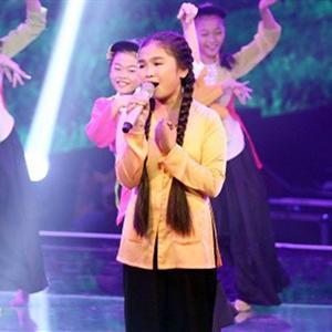 Thiện Nhân nắm tay hotboy Mai Chí Công cùng song ca trên sân khấu