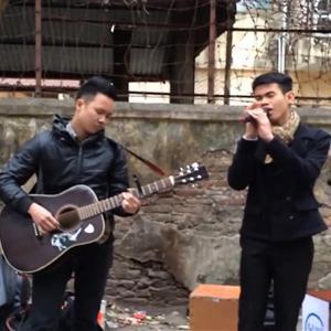 Anh chàng hát trên đường phố khiến người đi đường thích thú
