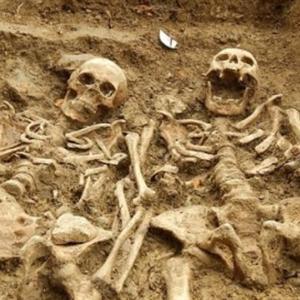 """""""Đôi tình nhân"""" nắm chặt tay nhau suốt 700 năm"""