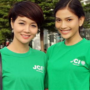 Mai Thu Huyền và Trương Thị May cùng nhau chạy bộ 8 km