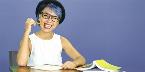 Nhà báo Thùy Minh tự tin khoe cá tính với tóc xanh rực rỡ