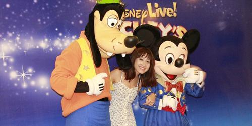 """VJ YAN TV """"nhắng nhít"""" bên cạnh Mickey và Goofy"""