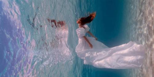 Bộ ảnh cô dâu dưới nước hút hồn người xem