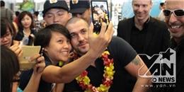 """Shayne Ward thân thiện chụp hình """"tự sướng"""" với fan tại sân bay"""