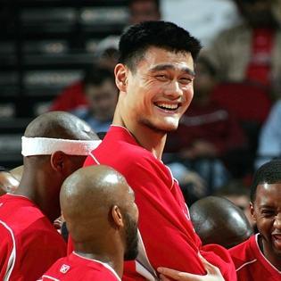 Đội tuyển bóng rổ nhí Việt Nam  đọ chiều cao  với huyền thoại Yao Ming