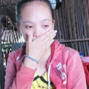 Mủi lòng trước giọt nước mắt của người mẹ quên bệnh tật gồng gánh nuôi con