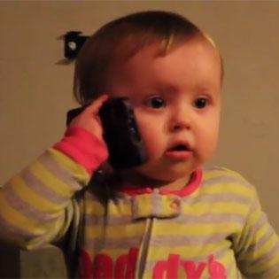 Cười ngất  với video bé tập tành nói chuyện điện thoại
