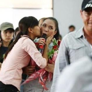 Biểu cảm hài hước của sao Việt khi bất ngờ bị cưỡng hôn
