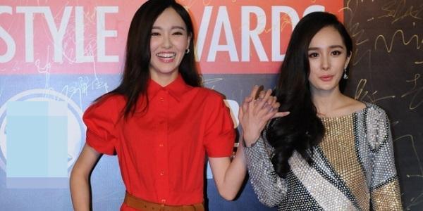 Dương Mịch và Đường Yên nắm tay nhau đi trên thảm đỏ