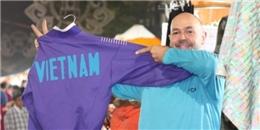 'Ông Tây' bán hàng ở Chợ đêm Hà Nội