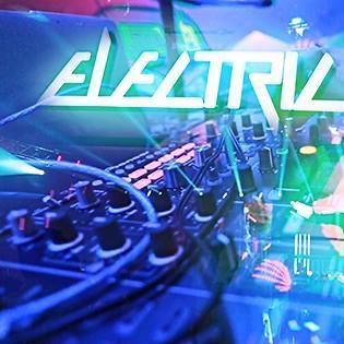 Đám đông  lên đỉnh  bởi màn trình diễn ánh sáng ấn tượng tại Electric Cosmic Ride