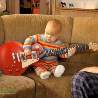 Em bé  đánh  guitar thu hút triệu lượt xem