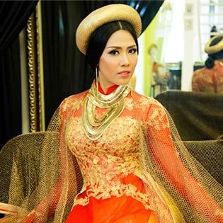 """Bị tố """"nhái"""" Burberry, Nguyễn Thị Loan khoe áo dài  vô giá"""