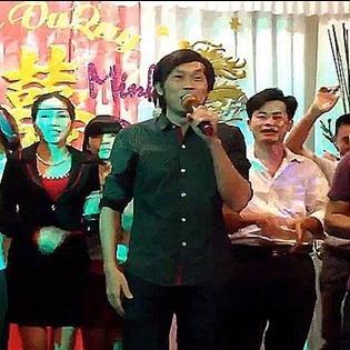 Clip Hoài Linh hát đám cưới bỗng dưng gây sốt