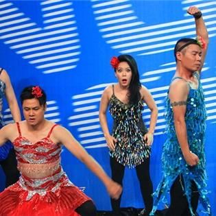 Tự Long, Công Lý giả gái làm vũ công  náo loạn  sân khấu
