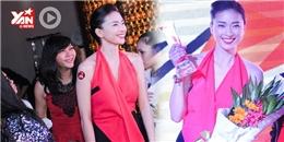 Ngô Thanh Vân phấn khích hôn cúp khi đoạt giải Nghệ sỹ tinh hoa