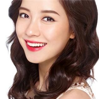 Song Ji Hyo trở thành  hoa lạc giữa rừng  trai trẻ