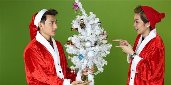 Isaac hóa ông già Noel, mang điều ước an lành đến bạn dẫn Gil Lê