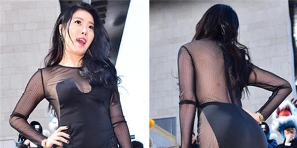 Truyền thông Hàn  bực bội  vì khách không mời ăn mặc lố lăng