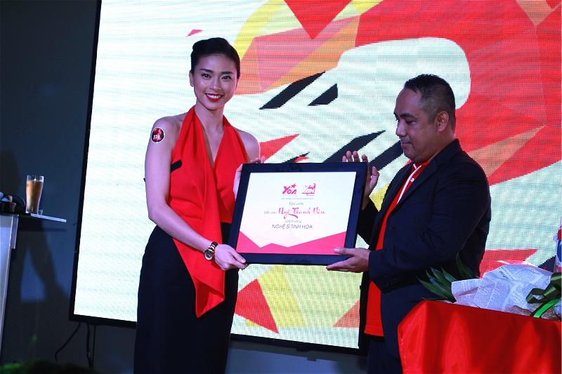 Ngô Thanh Vân tươi rói lãnh giải nghệ sĩ tinh hoa