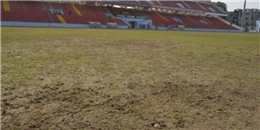 """Vì sao những sân cỏ ở V.League xấu như """"bãi thả trâu""""?"""