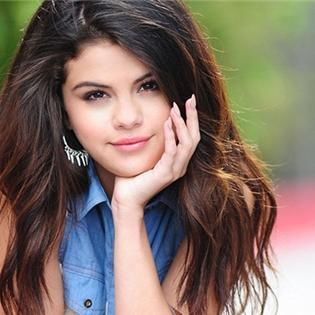 Bất ngờ với hình ảnh Selena Gomez tập tành hút thuốc