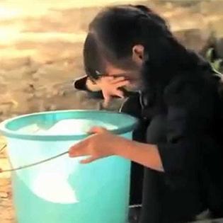 Cô bé lượm ve chai bán mình chữa bệnh cho mẹ