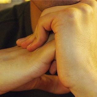 Thường xuyên bẻ tay có khiến bạn bị viêm khớp?